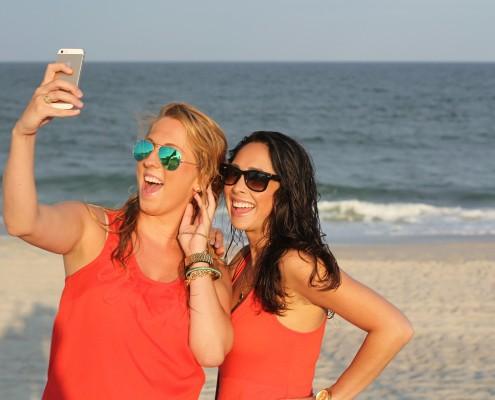 due amiche si fanno un selfie