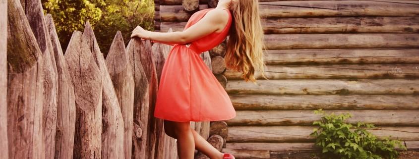 donna in rosso con scarpe rosse