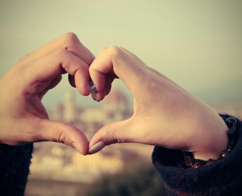 due mani che formano un cuore