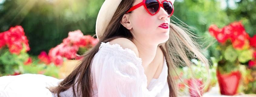 Una donna con occhiali rossi a forma di cuore