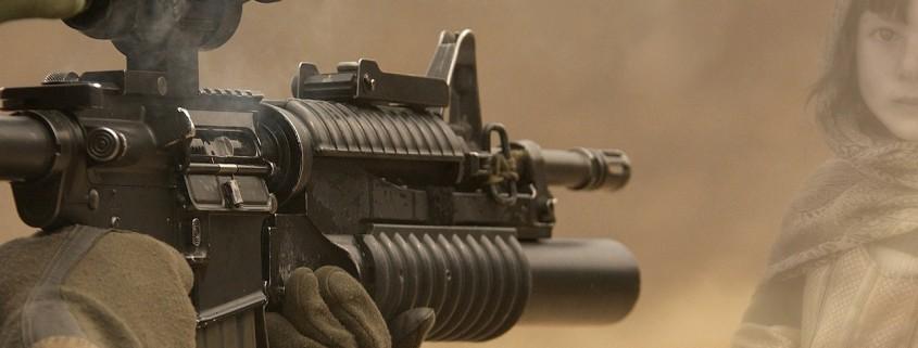 Un bimbo contro un'arma spianata
