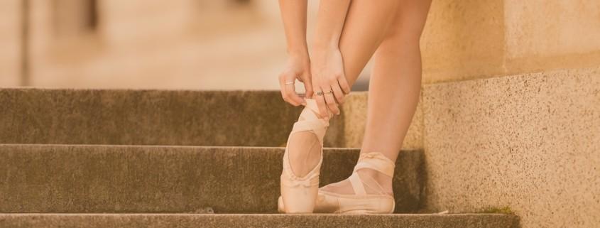 I piedi di una ballerina, dentro le classiche scarpette da danza