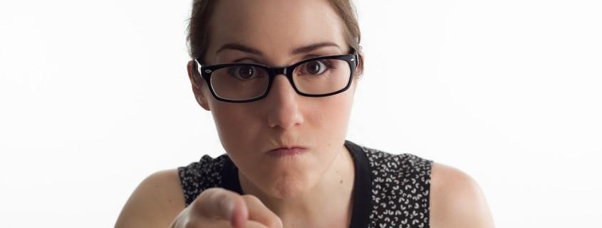 Una donna che punta il dito perchè l'uomo non riesce a capire