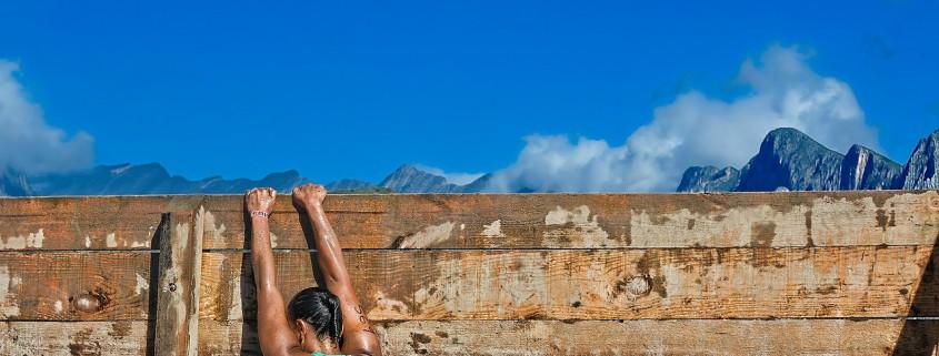 Una donna che supera l'ultimo ostacolo di una competizione sportiva