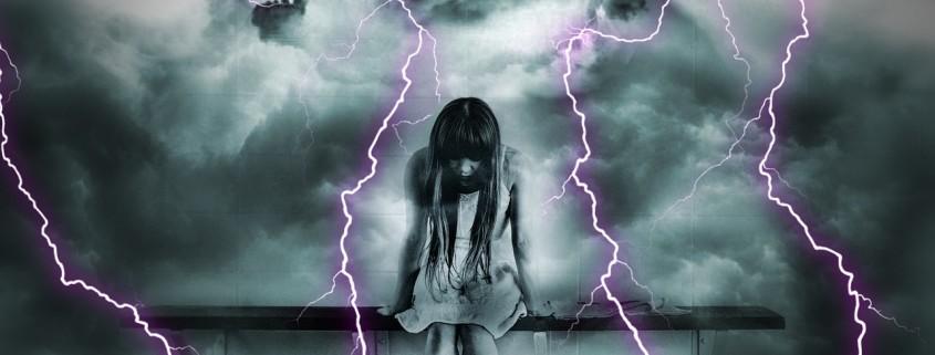 Donna in mezzo alla tempesta