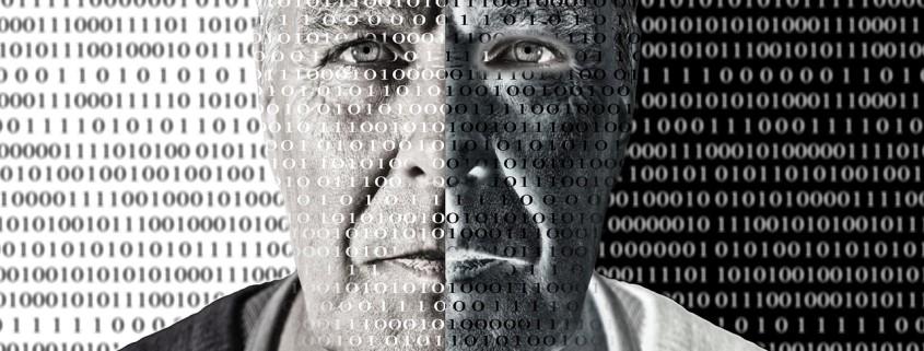 Un uomo con il codice binario scritto in faccia