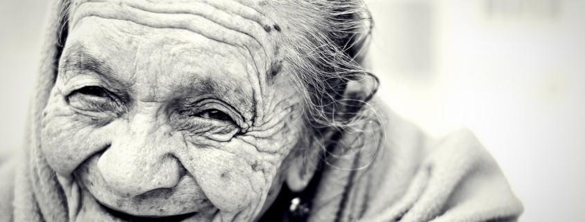 Donna anziana che ride