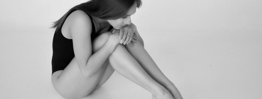 Una donna triste e seminuda